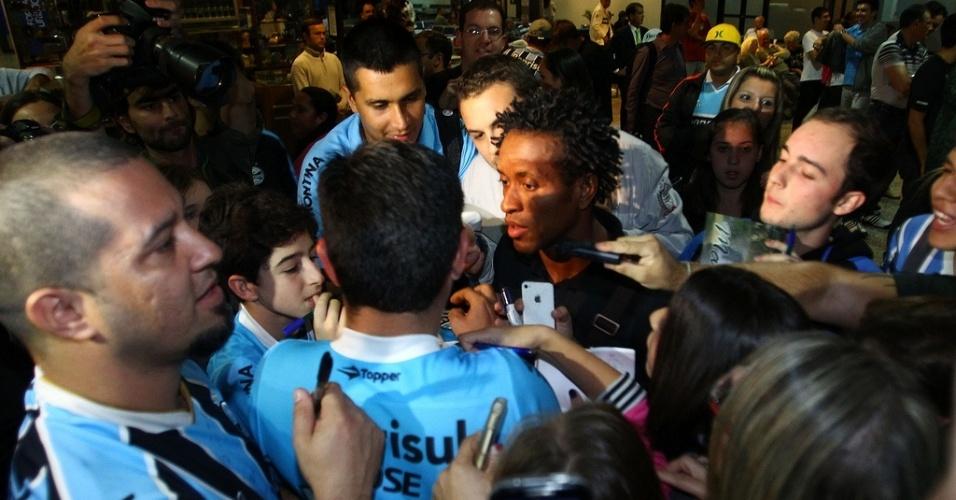 19.Abr.2013 - Zé Roberto é cercado por torcedores em festa na chegada do Grêmio