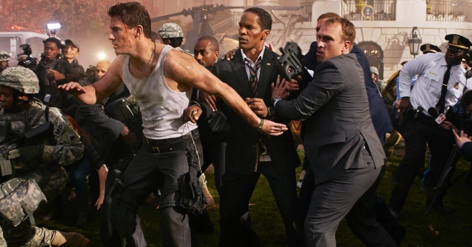 """Channing Tatum (John Cale) e Jamie Foxx (Presidente James Sawyer) aparecem juntos em cena de """"Ataque à Casa Branca"""". O filme que mostra o ataque de um grupo paramilitar à casa do presidente dos Estados Unidos estreia no Brasil em setembro deste ano"""