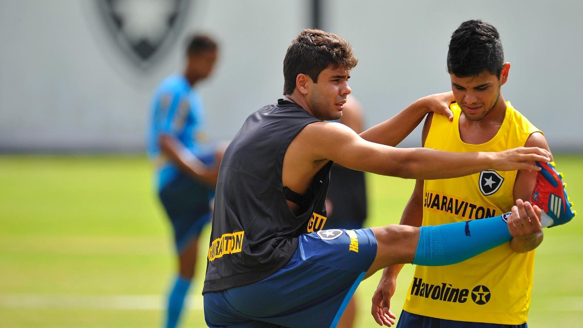 Henrique conta com a ajuda de Lima para se alongar em treinamento do Botafogo