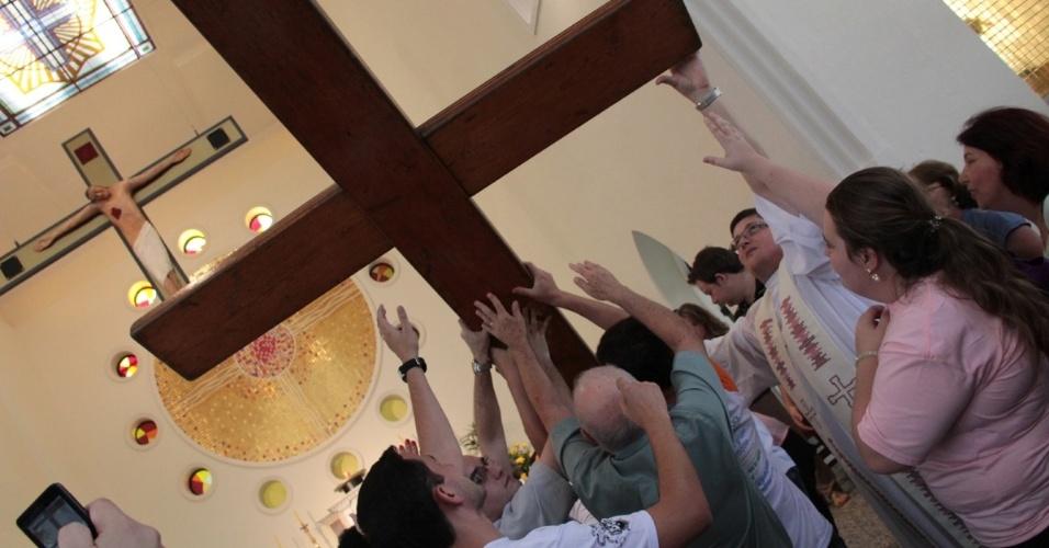 Jan.2013 - A cruz de 3,8 metros chegou a Florianópolis (SC) em janeiro de 2013. Os símbolos da Jornada Mundial da Juventude foram doados pelo Papa João Paulo 2º: a cruz em 1984, e o ícone de Nossa Senhora em 2003