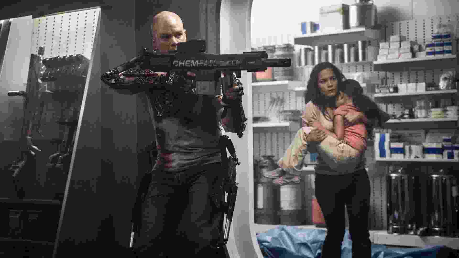 """Matt Damon e Alice Braga em cena do filme """"Elysium"""", de Neill Blomkamp - Divulgação / Sony Pictures"""