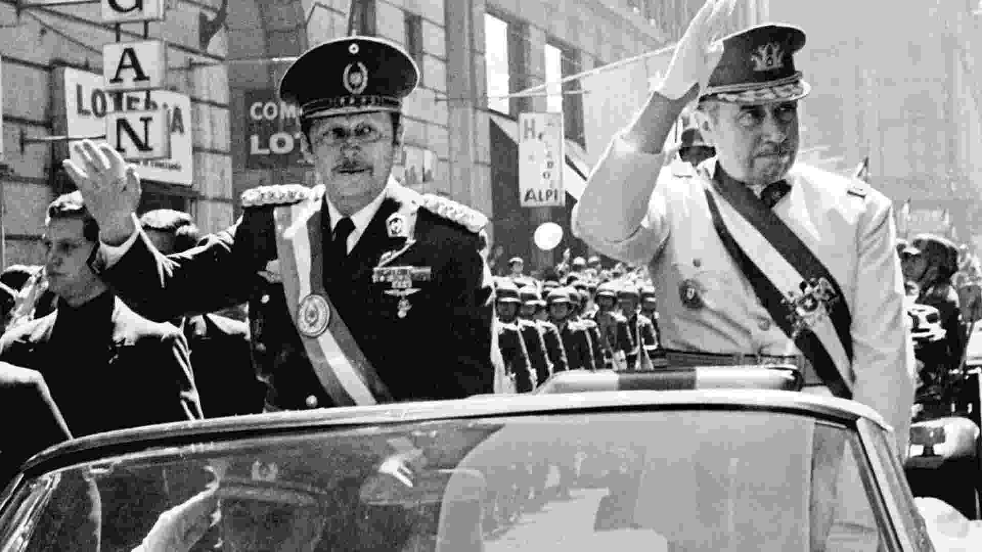 O ditador paraguaio Alfredo Stroessner (à esquerda) desfila em carro aberto ao lado do homólogo chileno Alfredo Pinochet em Santiago. Stroessner ascendeu ao poder, por meio de golpe, em 1954, quando era o comandante do Exército, e foi deposto em 1989. A ditadura paraguaia foi a mais longa da América do Sul - Reuters ? Set.1974