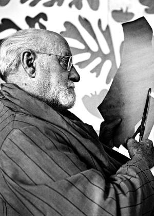 O pintor e escultor francês Henri Matisse prepara colagem em seu ateliê em Nice (França), em foto de 1952. - Raph Gatti/AFP France Presse