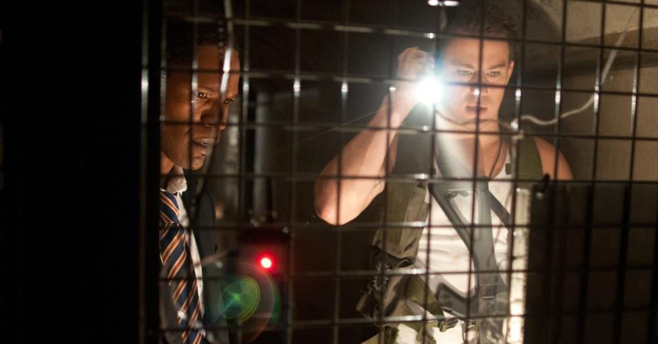 """O Presidente James Sawyer (Jamie Foxx) e o policial John Cale (Channing Tatum) aparecem juntos em cena de """"Ataque à Casa Branca. Os dois lutam para salvar suas vidas e o país na trama dirigida por Roland Emmerich e com roteiro assinado por James Vanderbilt, o mesmo de """"Zodíaco"""" e """"X-Men Origens: Wolverine""""."""