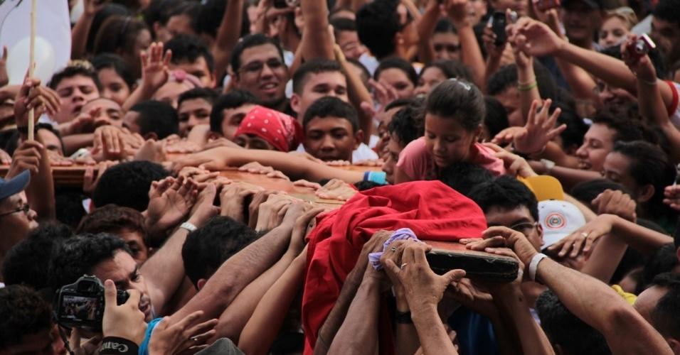 Set.2012 - Fiéis se aglomeram para ver a cruz de 3,8 metros em Manaus (AM), em setembro de 2012. Desde 1984, a cruz da JMJ tem peregrinado pelo mundo, através da Europa, Américas, Ásia, África e Austrália, e esteve presente em cada celebração internacional da Jornada Mundial da Juventude