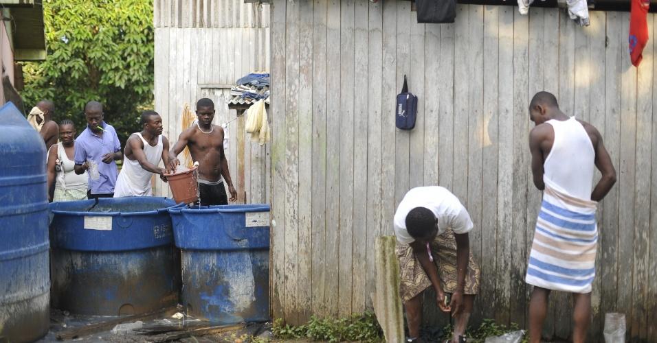Vivendo em condições precárias, imigrantes haitianos aguardam visto provisório em Brasilieia no estado do Acre