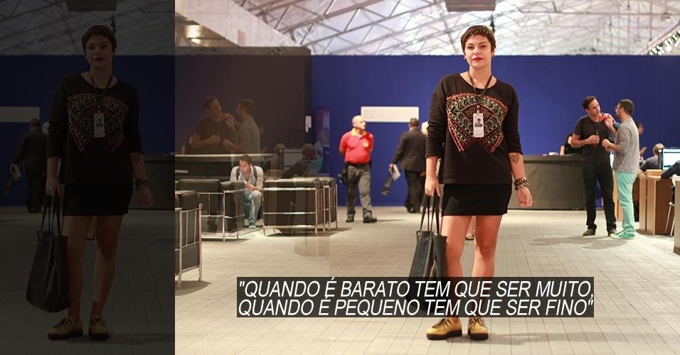 19 abr. 2013 - Raisa Andrade, 24, jornalista, veste moletom Zara, saia comprada em brechó e sapato modelo creeper da Sacca