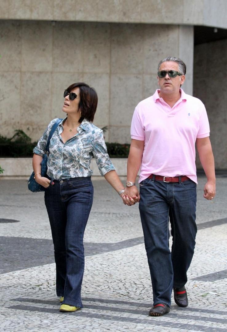 19.mai.2013 - Gloria Pires e Orlando Morais saindo de uma loja de relógios no bairro de Ipanema, no Rio, um dia após a atriz ter dado queixa na delegacia de um estelionato virtual no qual ela perdeu mais de R$ 10 mil