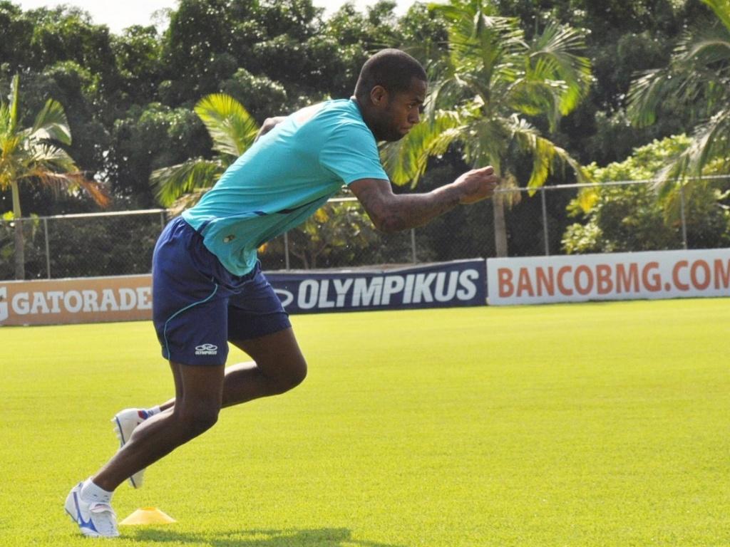 20/04/2013 - Zagueiro Dedé fez treino físico na Toca da Raposa II, neste sábado