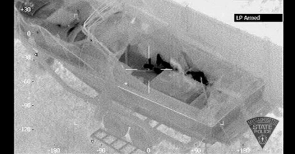 20.abr.2013 - A polícia do Estado de Massachusetts divulgou novas imagens captadas por uma câmera com sensibilidade ao calor acoplada em um helicóptero. Nela, é possível observar o o corpo (em preto) do suspeito de Dzhokhar Tsarnaev, suspeito pelo atentado na Maratona de Boston