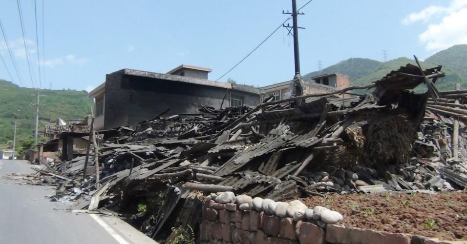20.abr.2013 - Casas destruídas pelo terremoto na China. O tremor, de magnitude 6,6, começou às 8h deste sábado (20), no horário local, e deixou mais de cem mortos, além de ter ferido milhares de pessoas na província de Sichuan, no sudoeste do país