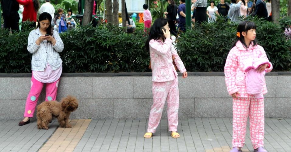 20.abr.2013 - Chineses se reúnem em praça, vestindo pijamas, após deixarem suas casas, em Chongqing, às pressas, após forte terremoto que atingiu a província de Sichuan, onde fica a cidade, no sudoeste da China. O tremor teve o centro próximo do platô tibetano, por volta de 8h da manhã, no horário local (21h no horário de Brasília), o que tirou muitas pessoas de suas camas. Mais de cem pessoas morreram em decorrência do desastre natural