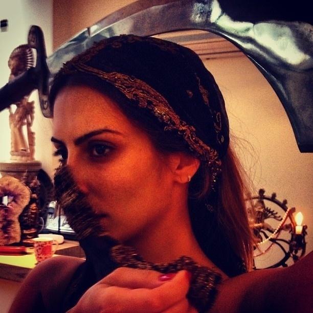 """20.abr.2013 - Cleo Pires posta foto ensaiando dança com espada para sua personagem Bianca em """"Salve Jorge"""""""