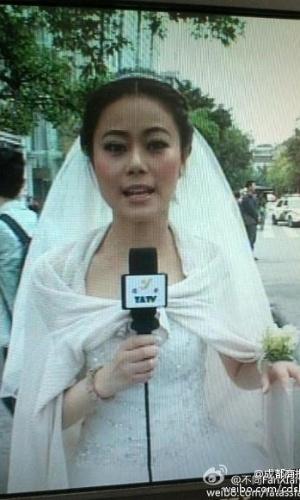 20.abr.2013 - Com o vestido de seu casamento, Chen Ying, âncora de uma emissora de TV da cidade de Yaan, reporta ao vivo informações sobre o terremoto em sua cidade. O tremor aconteceu no momento da cerimônia de casamento da jornalista, que não teve tempo de mudar de roupa para entrar no ar