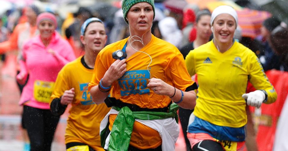 20.abr.2013 - Corredora veste camiseta em homenagem as vítimas dos atentados que mataram três e feriram mais de 170 durante a maratona de Boston, na segunda-feira (25)