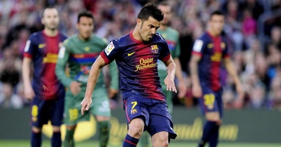 20.abr.2013 - David Villa, atacante do Barcelona, perde pênalti no início do primeiro tempo da partida contra o Levante, pelo Campeonato Espanhol