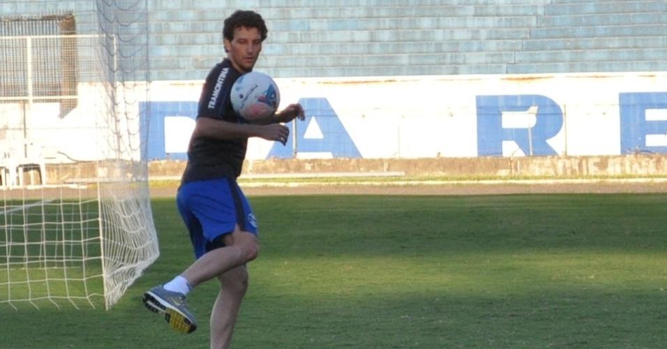 20.Abr.2013 - Elano volta a bater na bola em treinamento do Grêmio