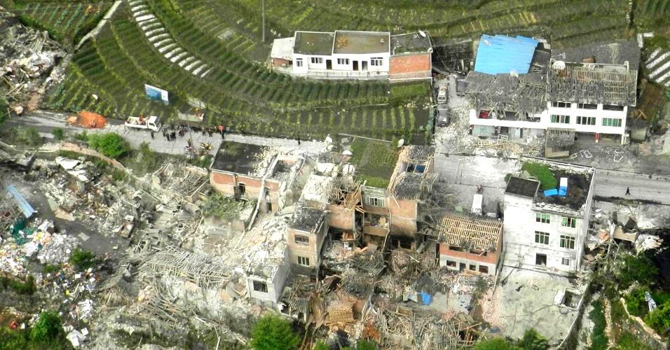 20.abr.2013 - Em imagem aérea, casas em vilarejo da província de Sichuan, no sudoeste do China, são danificadas e derrubadas após forte tremor de terra, de magnitude 6,6, ocorrer na região. Segundo as autoridades chinesas, mais de cem de pessoas morreram e milhares ficaram feridas no desastre