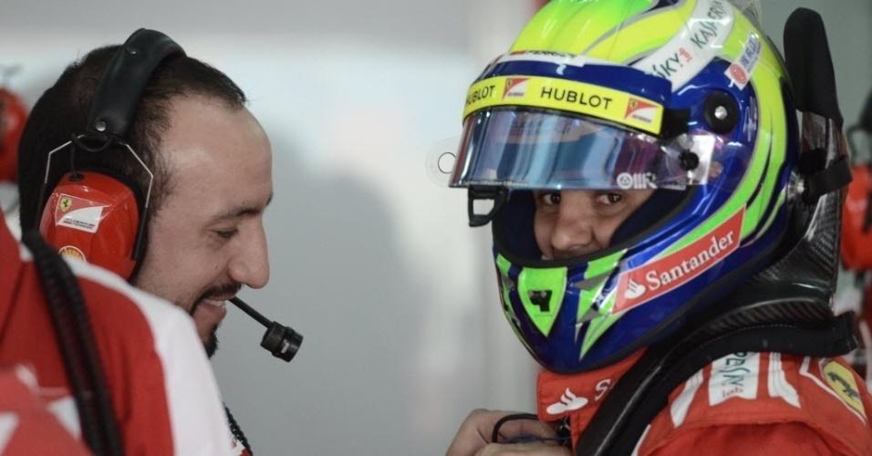 20.abr.2013 - Felipe Massa recebe assistência nos boxes durante os treinos para o GP do Bahrein