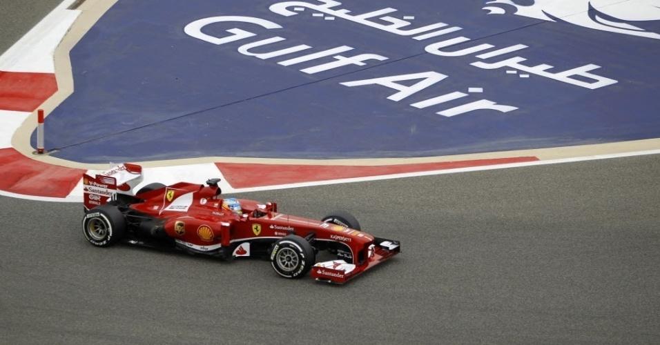 20.abr.2013 - Fernando Alonso faz a curva no circuito de Sakhir durante treinos para o GP do Bahrein