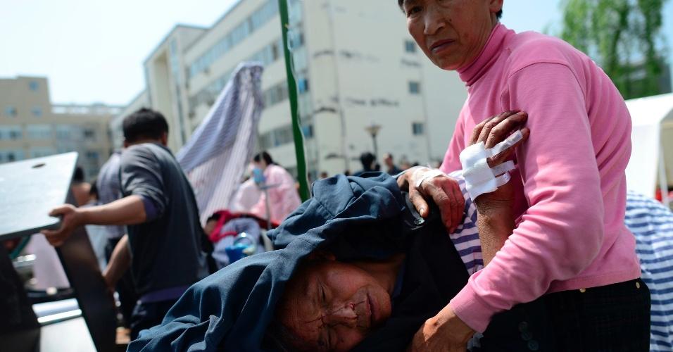 20.abr.2013 - Homem ferido recebe tratamento após sobreviver ao terremoto de magnitude 6,6, que atingiu o condado de Lushan, no sudoeste da China, às 8h deste sábado (20), no horário local. Mais de cem pessoas morreram e ao menos 3.000 ficaram feridas
