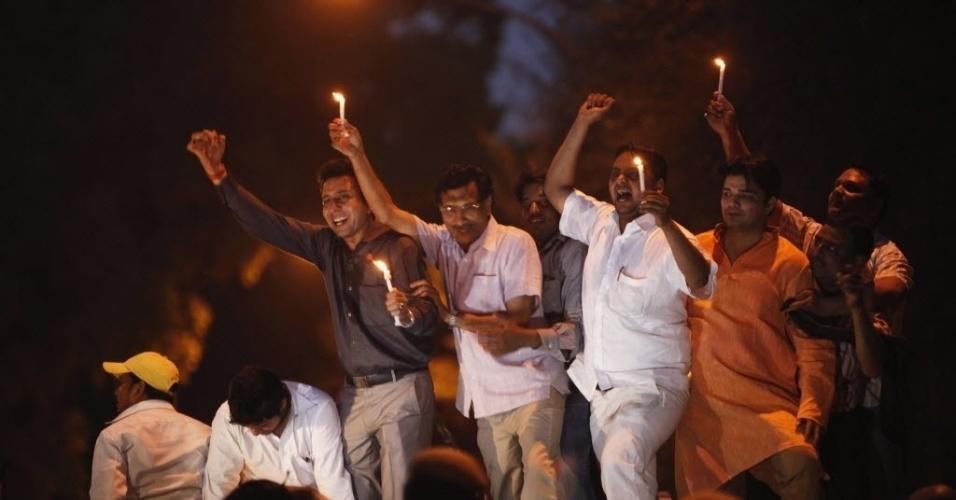 20.abr.2013 - Indianos protestam em Nova Déli (Índia) contra o estupro de uma menina de cinco anos