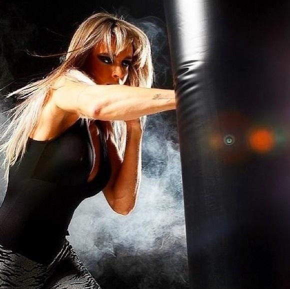 20.abr.2013 -  Juju Salimeni publica foto de bastidores do ensaio para lançar sua linha de roupas fitness