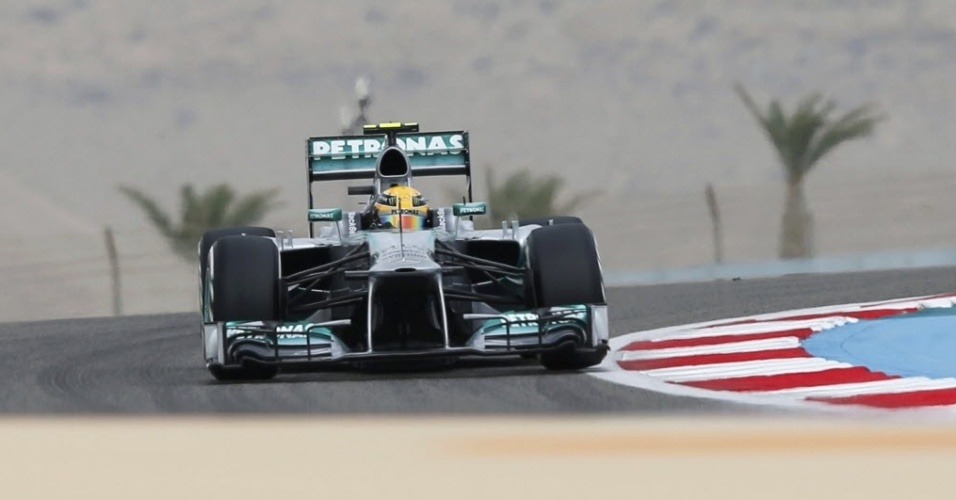 20.abr.2013 - Lewis Hamilton disputa o treino de classificação para o GP do Bahrein; inglês foi punido e vai largar em nono