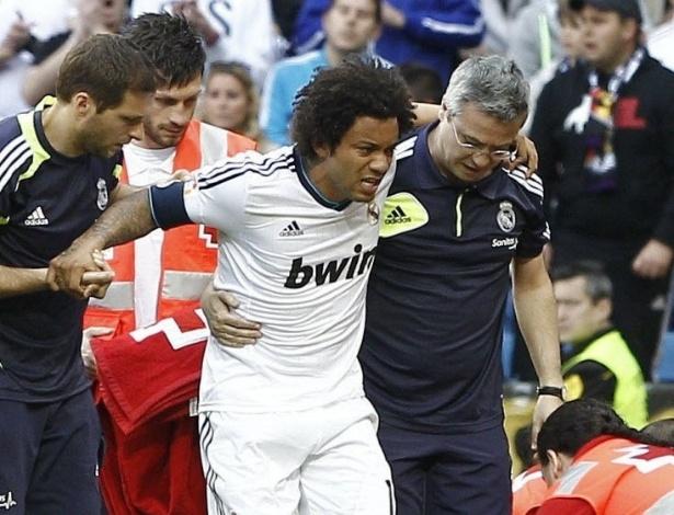 20.abr.2013 - Marcelo, lateral brasileiro do Real Madrid, sai de campo machucado na partida contra o Real Betis, pelo Campeonato Espanhol