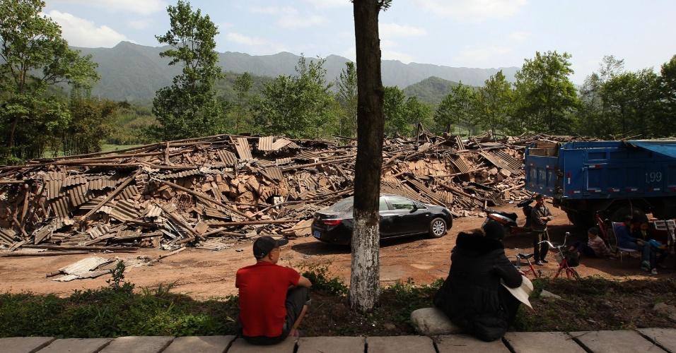 20.abr.2013 - Moradores observam casas destruídas no distrito de Longmen, na cidade de Yaan, sudoeste chinês. A região foi atingida por um terremoto de magnitude 6,6 que matou mais de cem pessoas e feriu ao menos 3.000