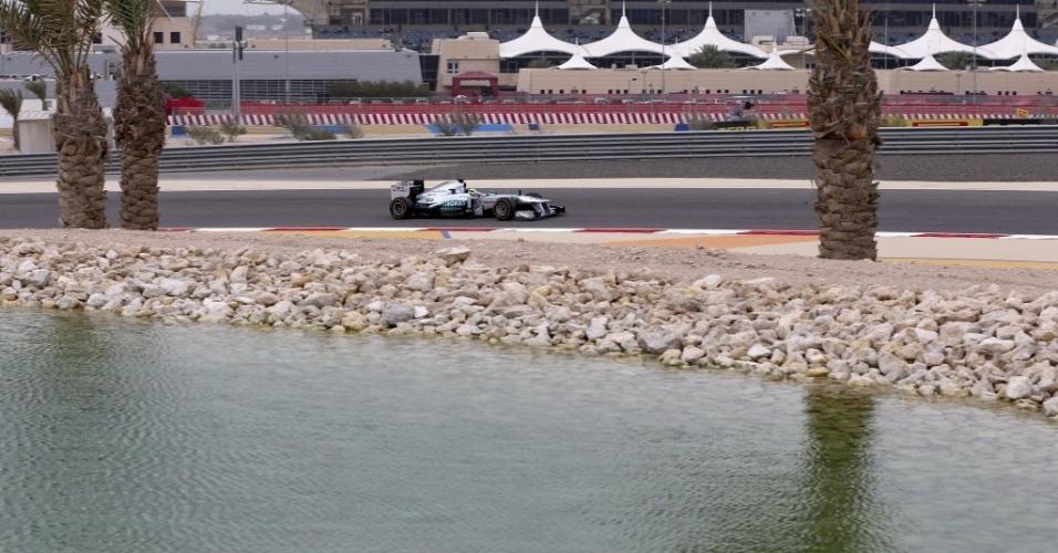 20.abr.2013 - Nico Rosberg acelera no circuito de Sakhir; alemão fez a pole position no GP do Bahrein