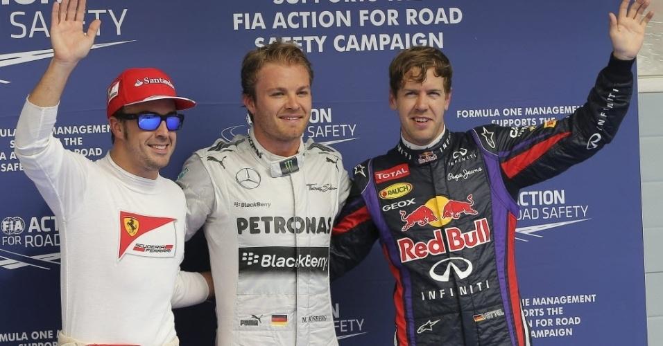 20.abr.2013 - Pole position no Bahrein, Nico Rosberg posa ao lado do segundo colocado Vettel e do terceiro, Alonso