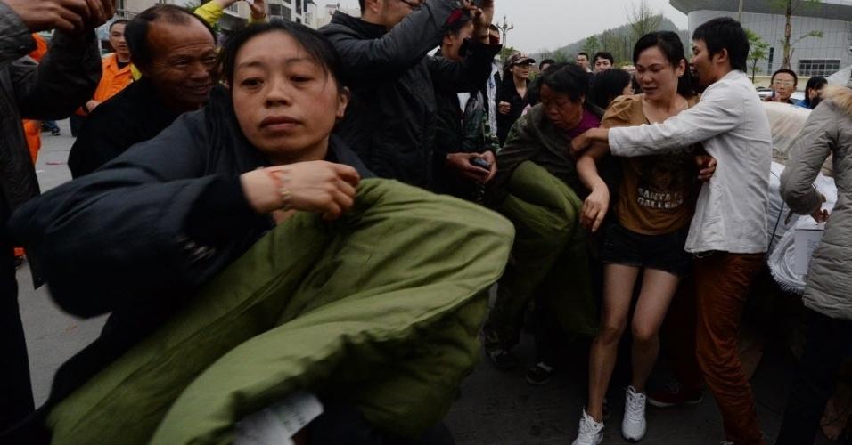 20.abr.2013 - População recebe alimentos, em Sichuan (China), após forte terremoto que deixou ao menos 160 mortos e mais de 5.700 feridos