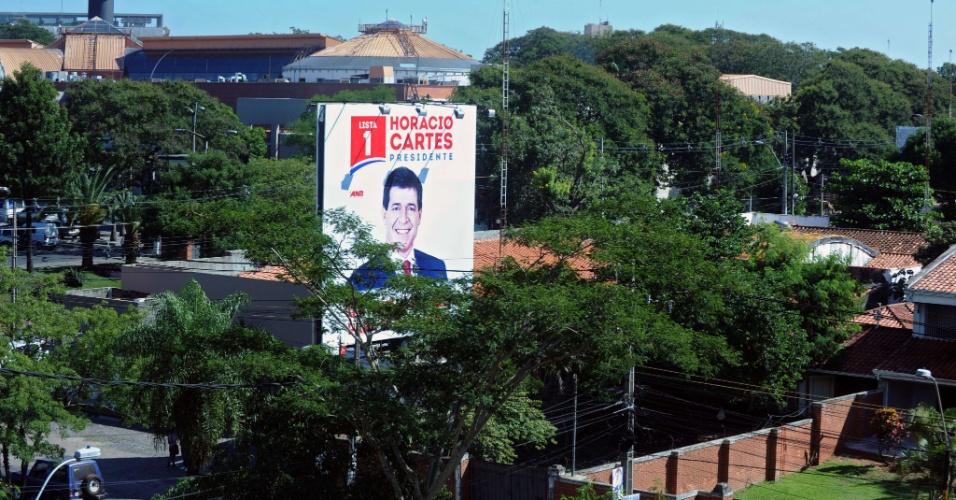 20.abr.2013 - Propaganda eleitoral do candidato à presidência do Paraguai Horácio Cartes, do partido Colorado. Neste domingo, o país vai realizar eleição para escolher o novo presidente. A disputa está entre Cartes e o candidato do partido Liberal, Efraín Alegre. Em pesquisa de intenções de voto divulgada no último domingo (14), Cartes aparece com 45,3% das intenções, contra 31,2% do adversário