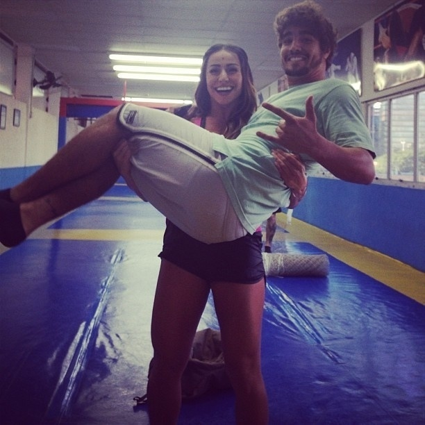 20.abr.2013 - Sabrina Sato publica foto carregando o ator Caio Castro
