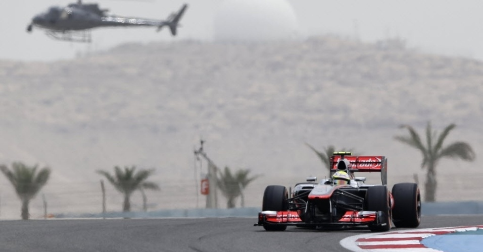 20.abr.2013 - Sob vigilância de helicóptero, mexicano Sergio Perez faz treino no GP do Bahrein