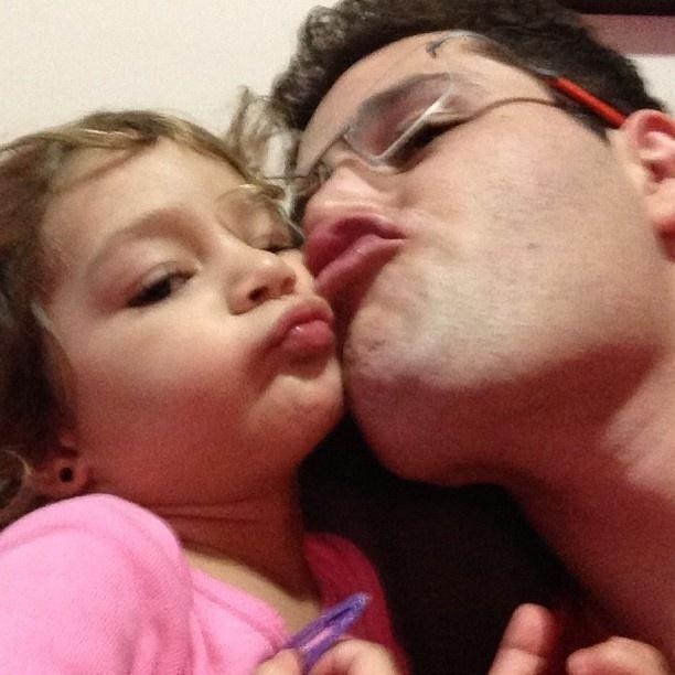 20.abr.2013 - Um ano após acidente, Pedro Leonardo publica foto com a filha