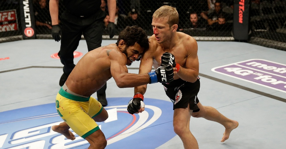 20.abr.2013 - O brasileiro Wolverine foi nocauteado por T.J. Dillashaw ainda no primeiro round da disputa do UFC on Fox. Essa foi a segunda luta dele no peso galo. Antes, ele atuava no peso pena