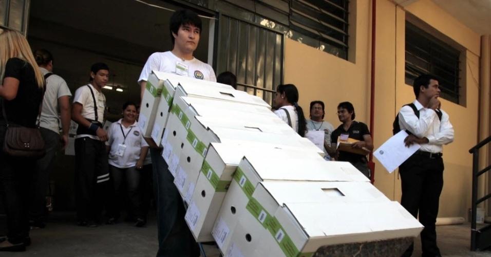 20.abr.2013- Funcionários da Justiça Eleitoral carregam as urnas que serã utilizadas nas eleições paraguaias, que ocorrem neste domingo (22)