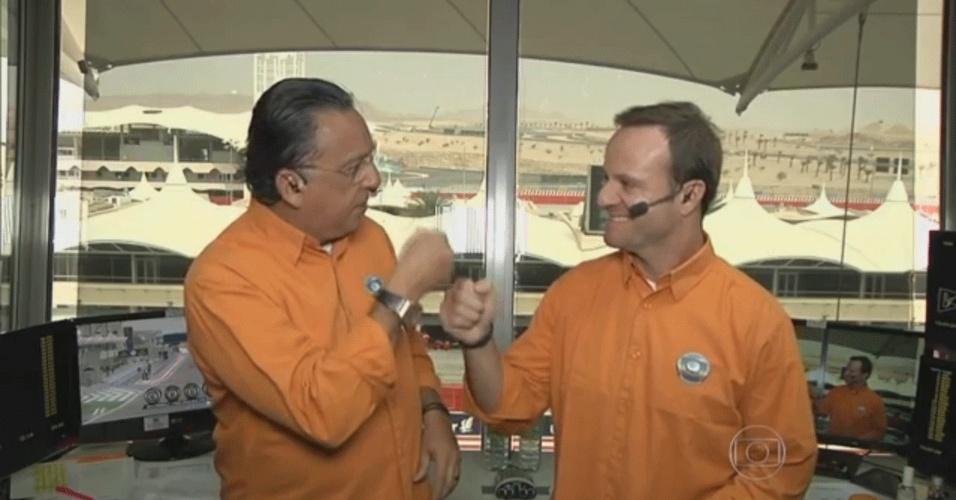 Galvão Bueno cumprimenta Rubens Barrichello na estreia do ex-piloto como comentarista