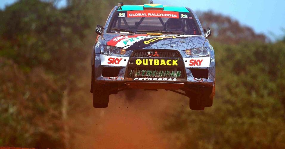 Nelsinho Piquet sai do chão nos treinos do rallycross neste sábado em Foz do Iguaçu