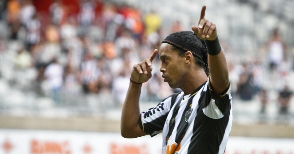 21/04/2013 - Ronaldinho Gaúcho agradece a Deus o gol marcado na vitória sobre o Villa Nova