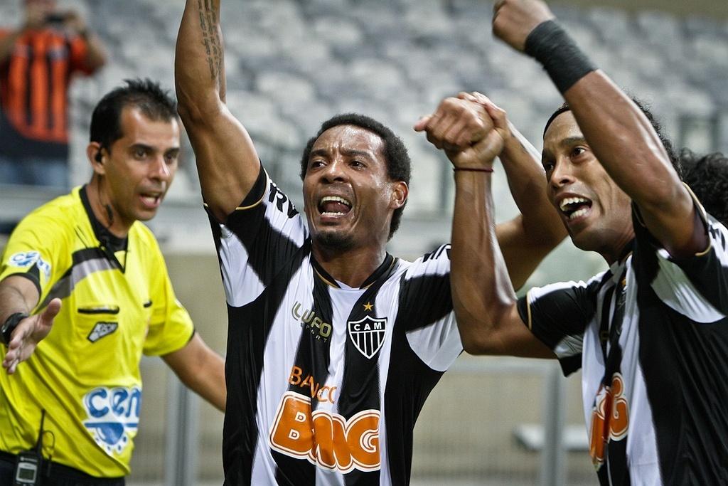 21/04/2013 - Rosinei e Ronaldinho comemoram a vitória atleticana sobre o Villa Nova, no Mineirão