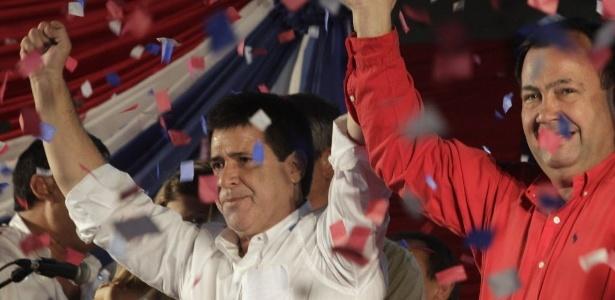 Ao lado de apoiadores, Horacio Cartes celebra, em Assunção (Paraguai), a vitória nas eleições presidenciais