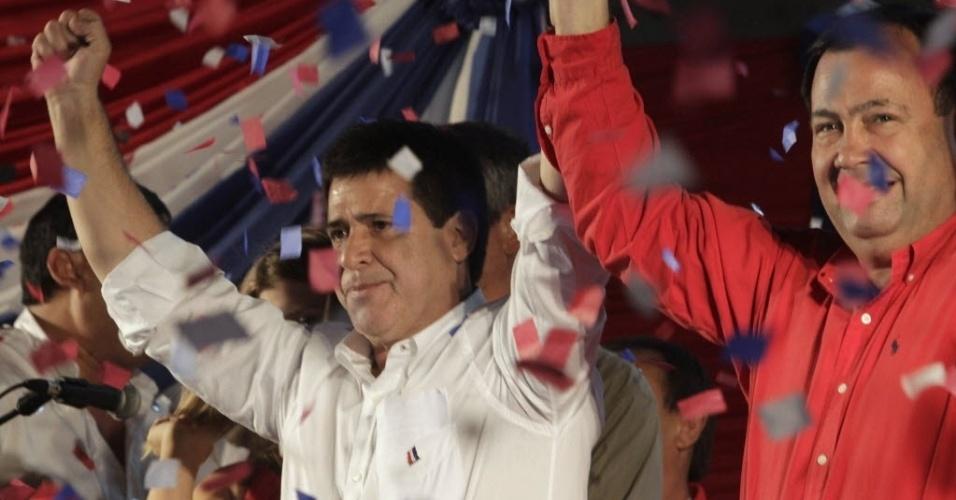 21.abr.2013 - Ao lado de apoiadores, Horacio Cartes celebra, em Assunção (Paraguai), a vitória nas eleições presidenciais do Paraguai.  Com a conquista, o Partido Colorado, que governou o Paraguai entre 1947 e 2008, volta a comandar o país. O segundo lugar ficou com o Efraín Alegre, do PLRA (Partido Liberal Radical Autêntico). As eleições ocorrem em menos de um ano após a saída de Fernando Lugo da Presidência do Paraguai