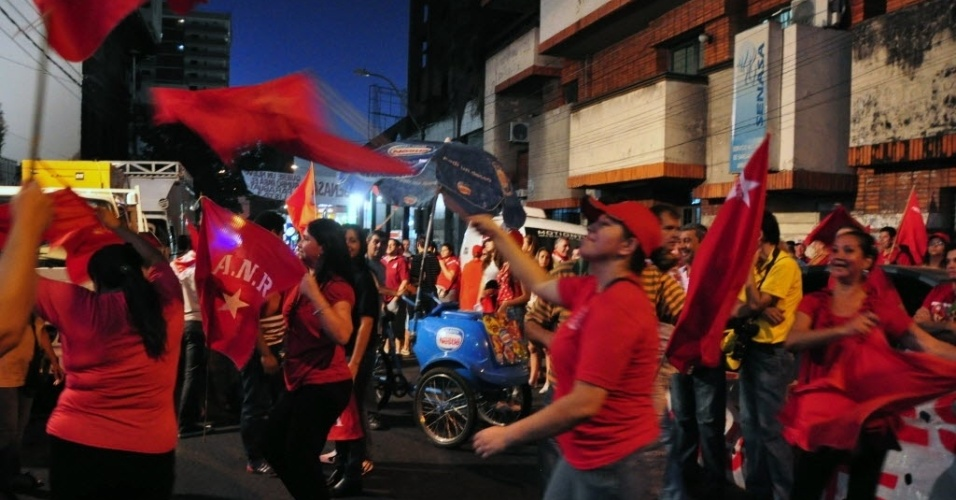 21.abr.2013 - Apoiadores do candidato do Partido Colorado, Horacio Cartes, invadem as ruas de Assunção (Paraguai), para celebrar o resultado parcial que dá vitória a Cartes nas eleições presidencais