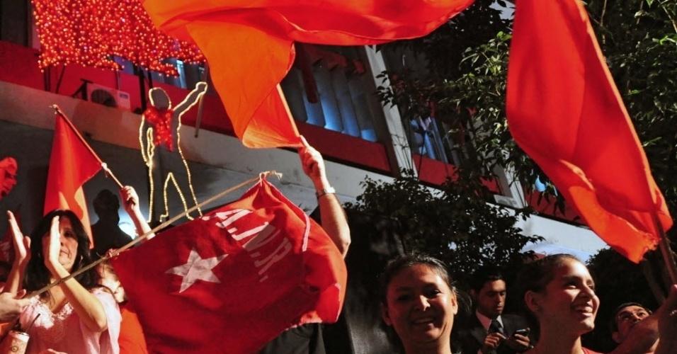 21.abr.2013 - Apoiadores do candidato do Partido Colorado, Horácio Cartes, invadem as ruas de Assunção (Paraguai), para celebrar o resultado parcial que dá vitória a Cartes nas eleições presidencais