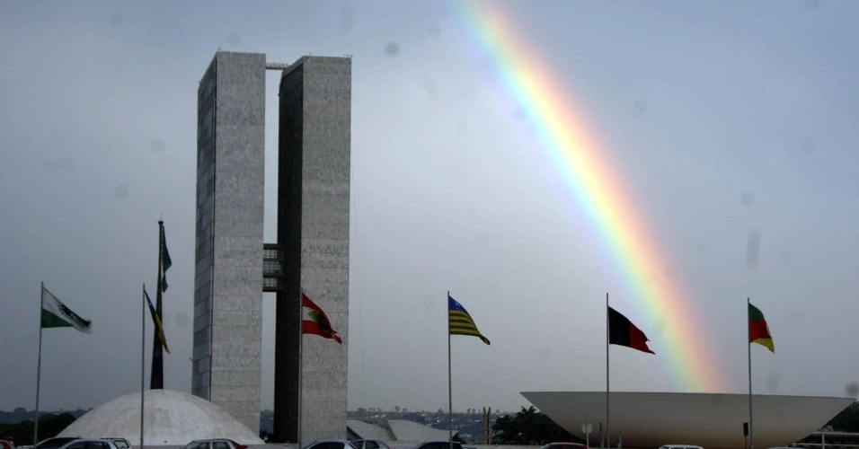 21.abr.2013 - Arco-íris se destaca na paisagem do Congresso Nacional, em Brasília. A capital federal completa 53 anos neste domingo (21)
