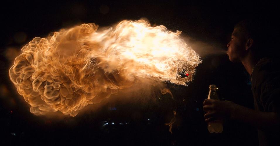 21.abr.2013 - Artista equatoriano cospe fogo em rua de Quito