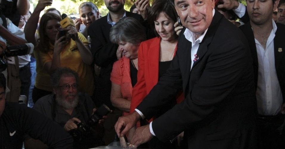 21.abr.2013 - Candidato governista Efraín Alegre vota em Assunção (Paraguai), nas eleições presidenciais do país. Ele e o candidato do partido Colorado Horacio Cartes, são os mais bem colocados nas pesquisas de intenções de voto para vencer o pleito